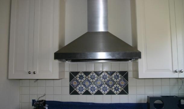 Купольные вытяжки оборудованы воздуховодом и вентилятором для всасывания