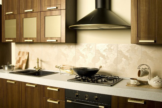 Вытяжка на кухне не позволяет распространяться неприятным запахам по квартире