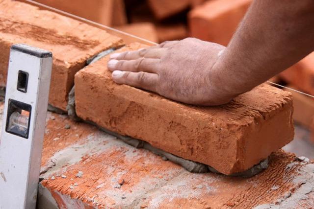 Ошибки при возведении постройки могут привести к появлению глубоких трещин и разрушению стены