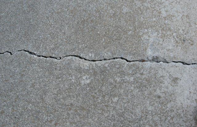 Щели в стене - это довольно распространённое явление