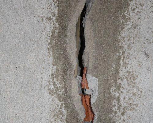 Сквозная щель изнутри заделывается штукатуркой, а снаружи - цементом