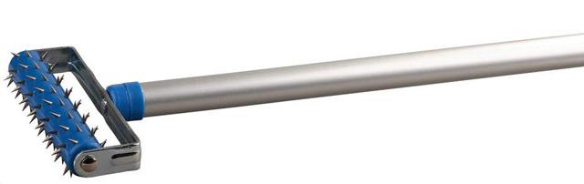 Чтобы дать воде доступ к гипсу, проще всего использовать валик с шипами