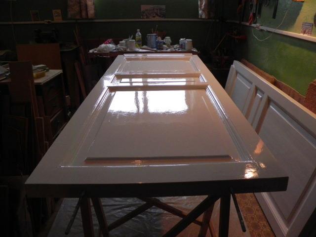 Для покраски дверное полотно лучше снять и разместить горизонтально