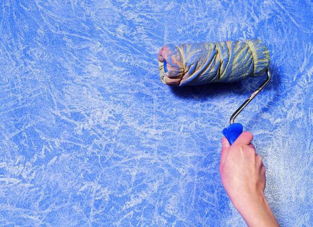 Нанесение синего покрасочного материала валиком