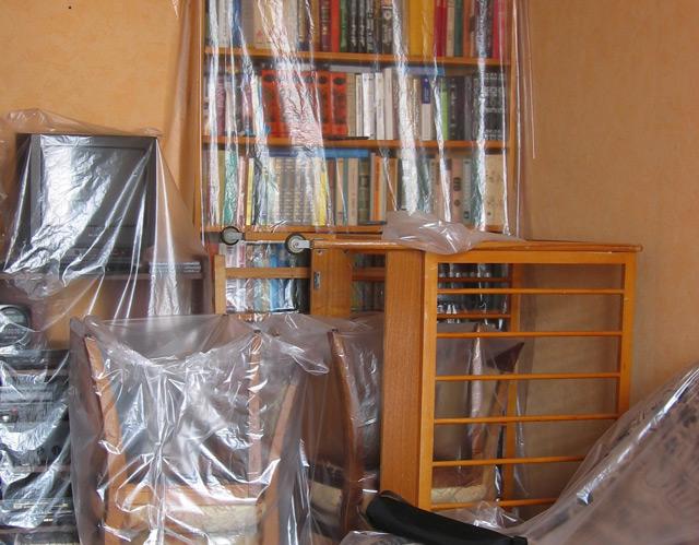 Мебель, накрытая плёнкой