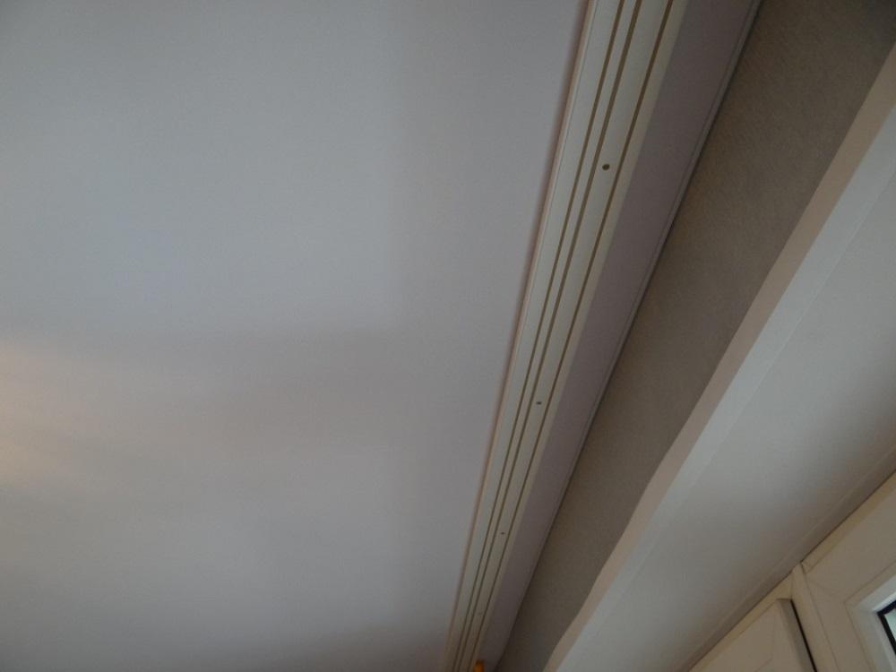 Классическое крепление карниза к бетонному потолку