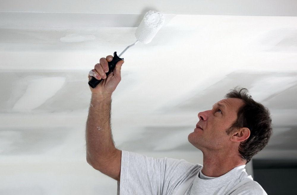 В начале ремонта вам придется очистить потолок от старой краски