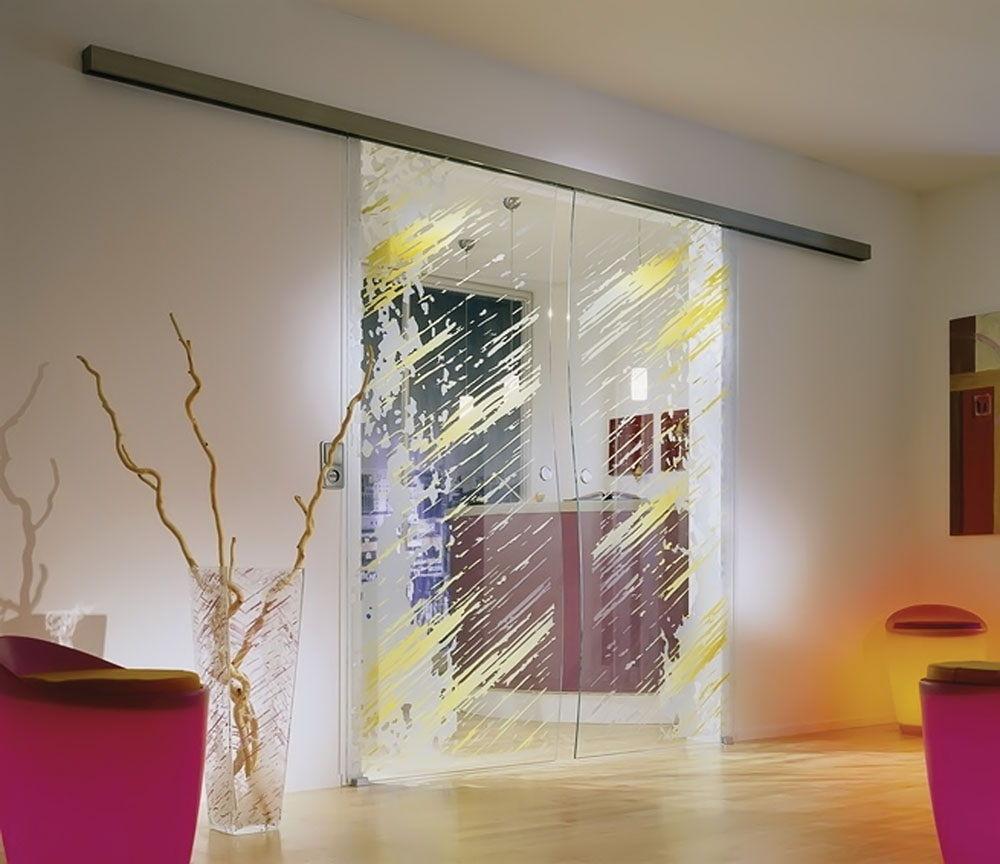 Для реставрации стеклянных дверей чаще всего подходит их декорирование