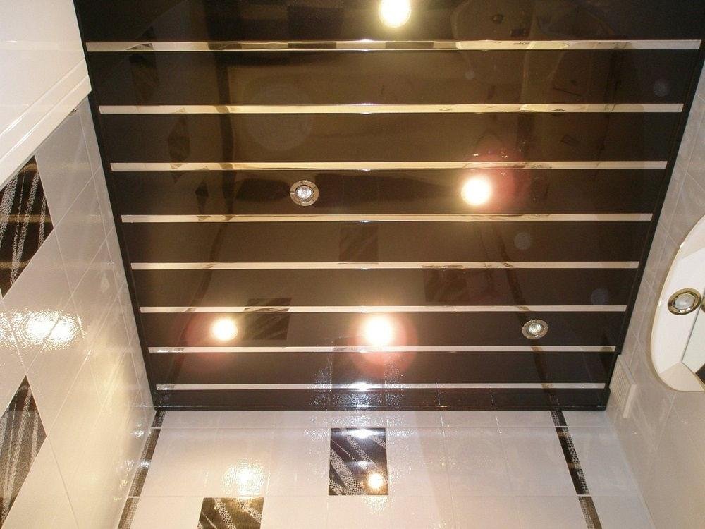 Реечный потолок состоит из узких панелей