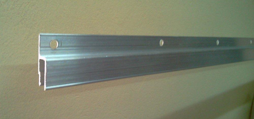 Алюминевый профиль с просверленными дырками для крепления