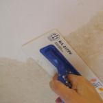Нанесение жидких обоев на потолок