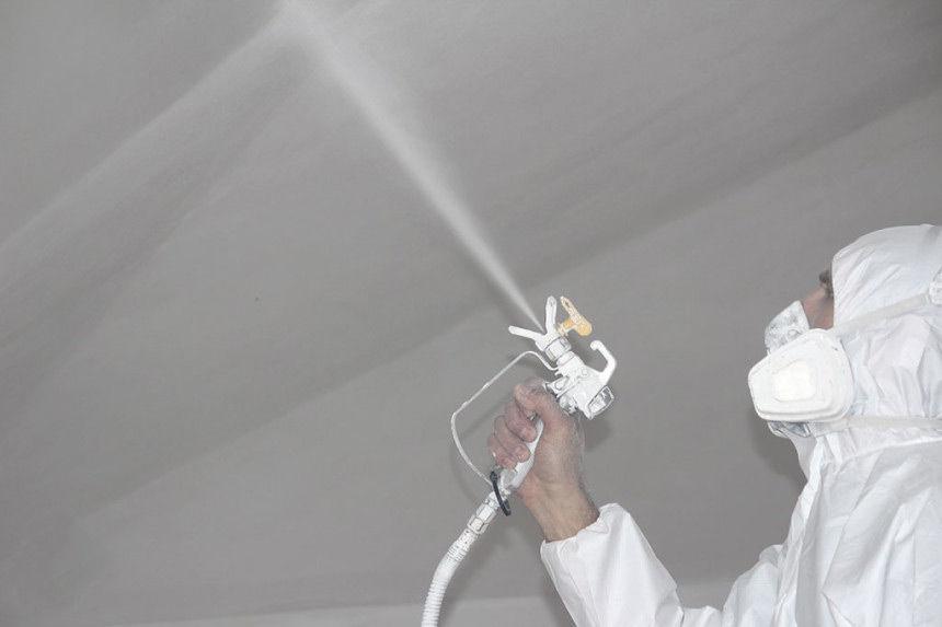 Покраска потолка распылителем