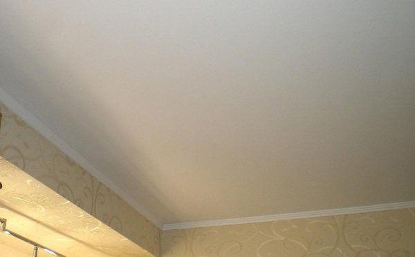 Потолок, покрытый побелкой