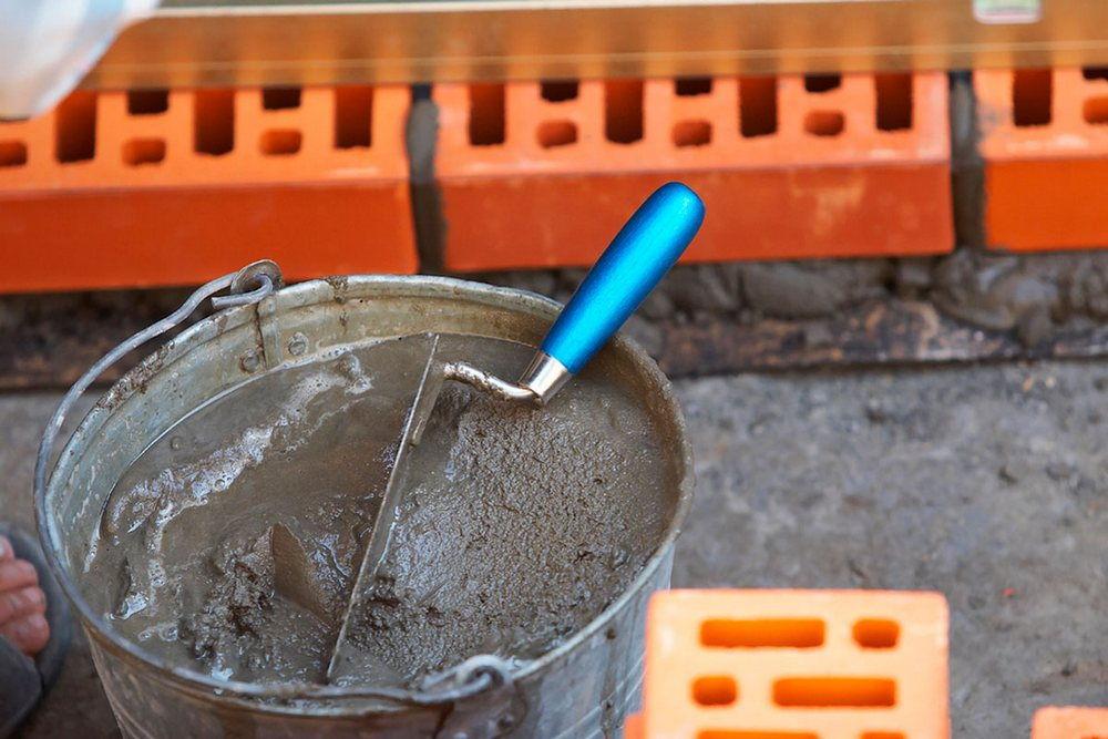 Ведро с цементным раствором