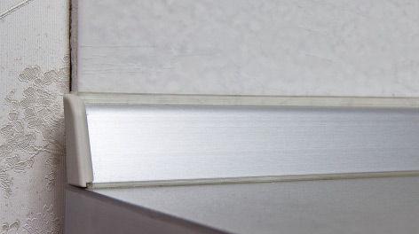 Столешница с металлическим плинтусом