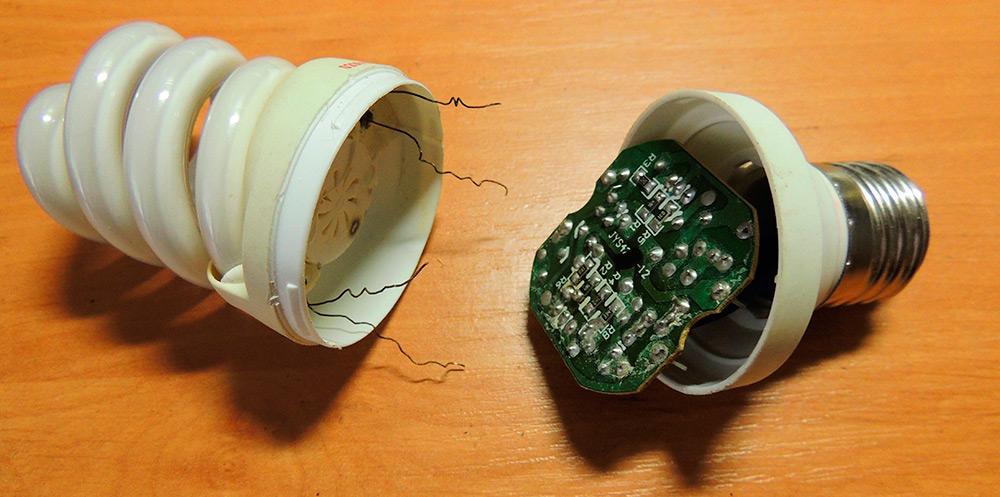 Энергосберегающая лампа в разобранном состоянии