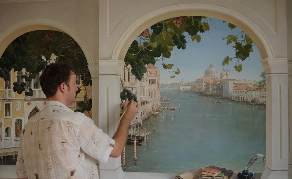 Художник рисует на стене