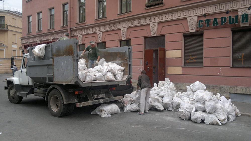 Погрузка мусора в грузовик