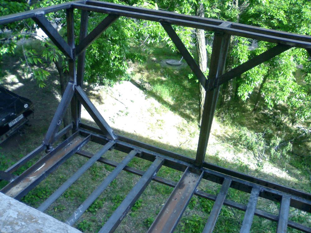 Монтаж перил балкона