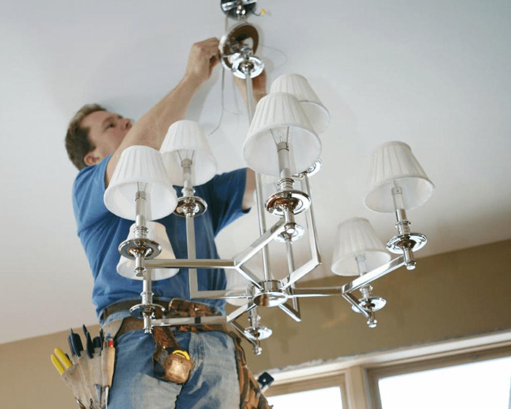 Установка люстры в квартире