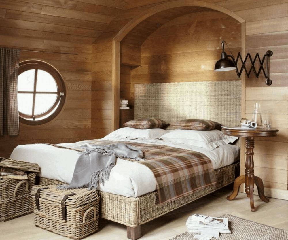Спальная комната с сундуком в стиле кантри