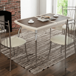 Обеденный стол в гостинной с камином
