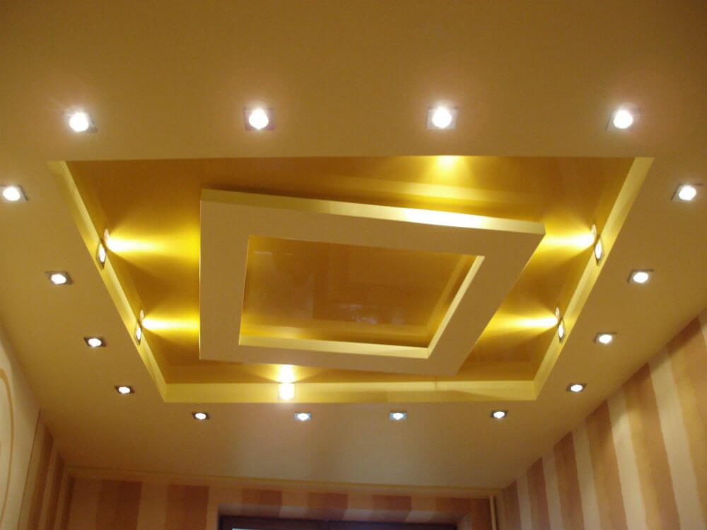 Подвесной потолок с множеством лампочек