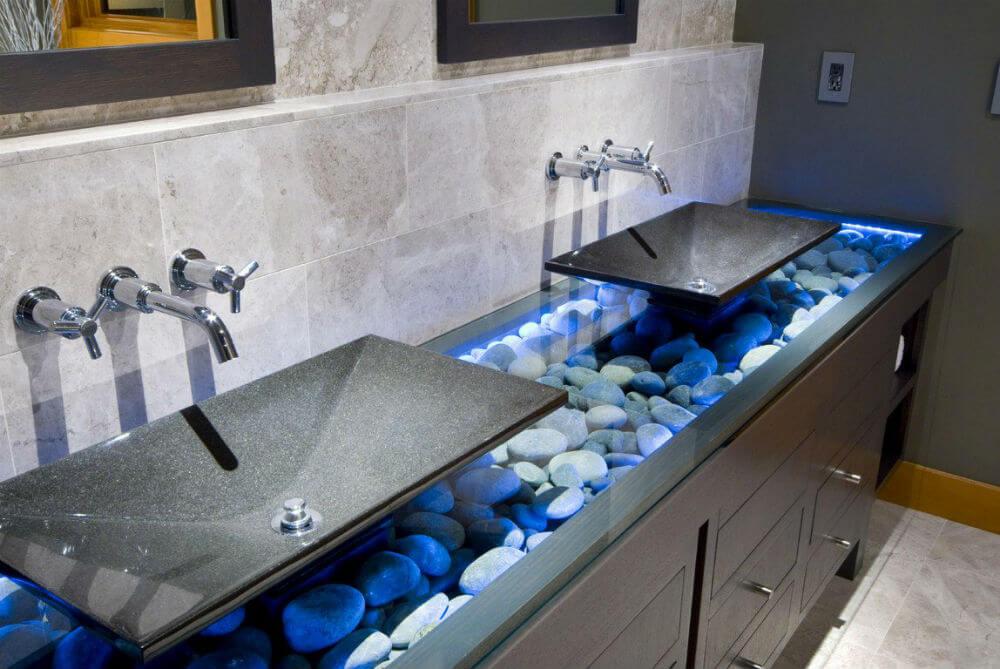 Каменная раковина в ванной