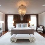 Спальня в стиле ар-деко с шикарной люстрой