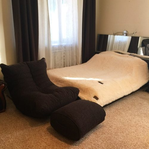 Интерьер небольшой спальни в коричнево-белых тонах