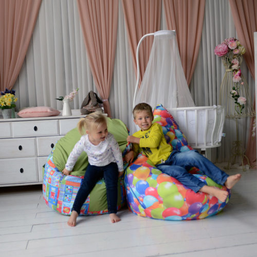 Дети в комнате на креслах