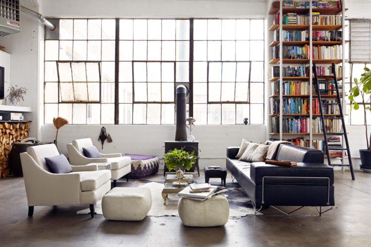 Дизайн просторной гостиной с большими окнами