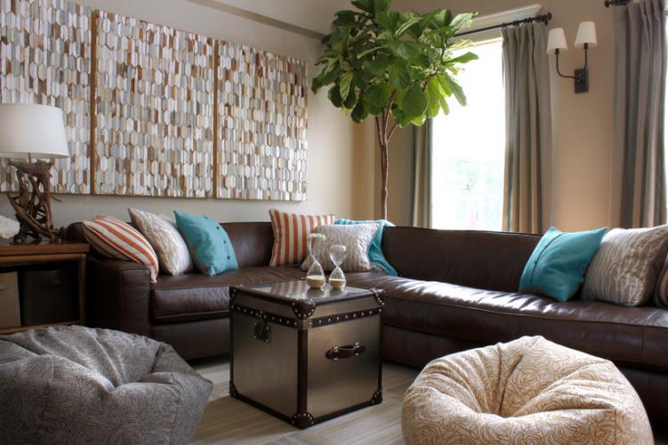 Гостиная с массивным диваном и бескаркасными креслами