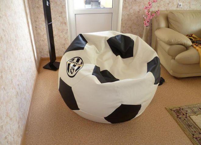 Кресло в виде футбольного мяча