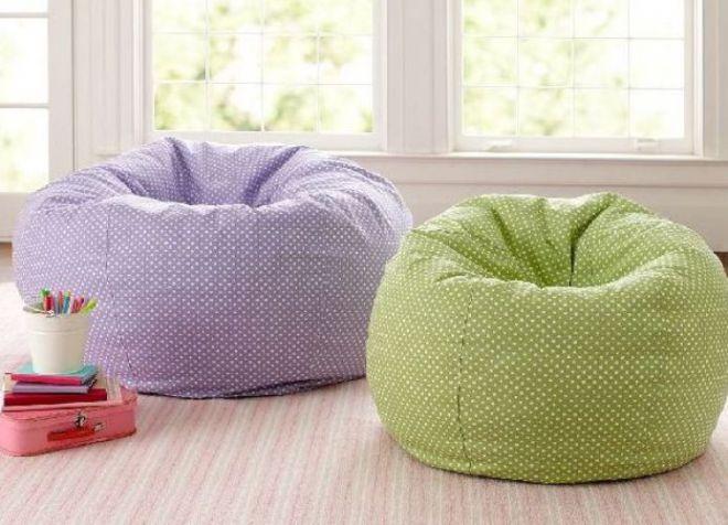 Мягкие кресла-пуфы в комнате