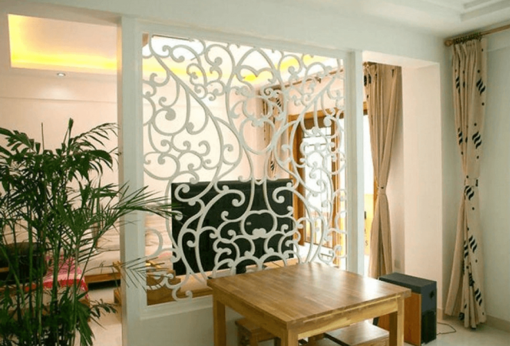 Ажурная перегородка белого цвета в интерьере комнаты