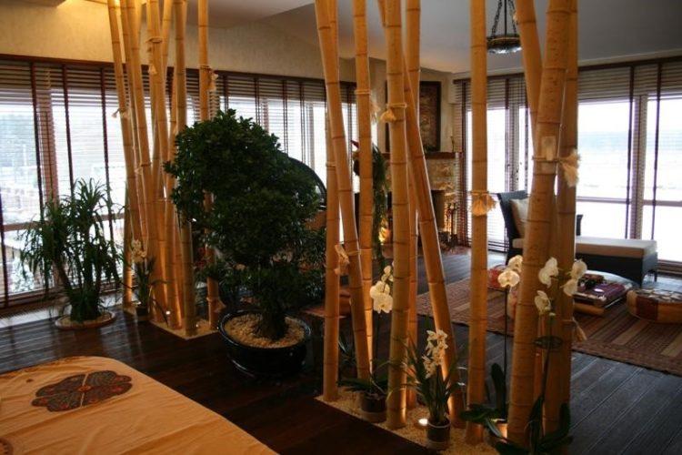 Бамбуковая декоративная перегородка в интерьере комнаты