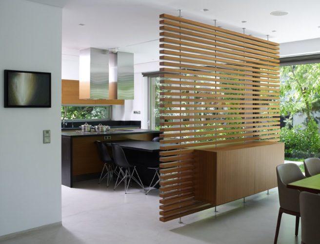 Деревянная перегородка из реек в интерьере кухни-гостиной