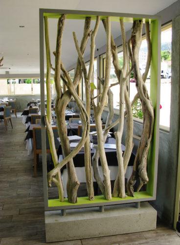 Декоративная перегородка из стволов деревьев