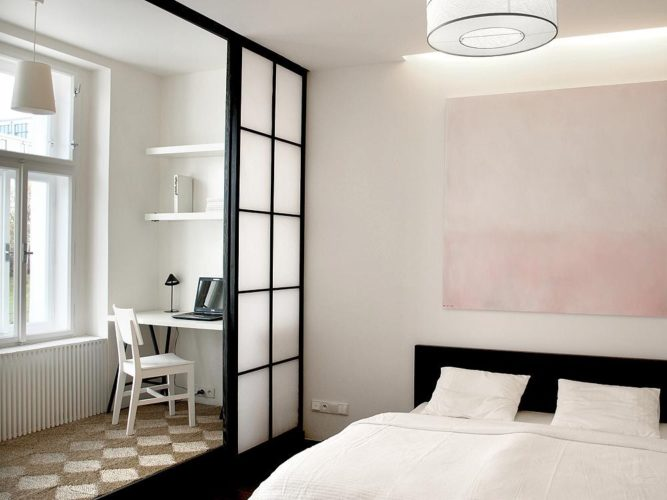 Зонирование лоджии и спальни с помощью перегородки