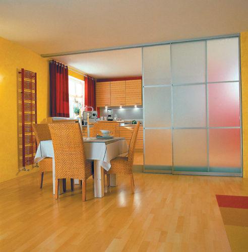 Зонирование кухни и столовой зоны с помощью пластиковой перегородки