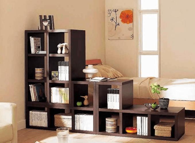 Перегородка-стеллаж лестничного типа в спальне