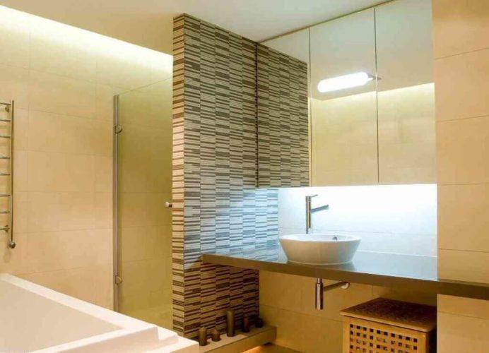 Ванная комната в бежевых тонах с перегородкой