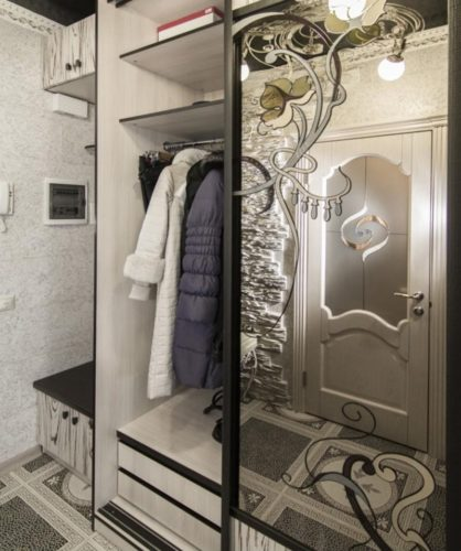 Небольшой шкаф-купе с зеркальной дверью в прихожей