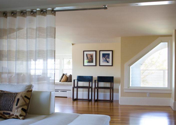 Зонирование гостиной с помощью шторы
