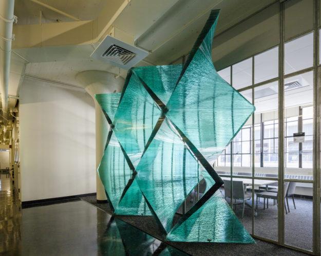 Фигурная перегородка из стекла