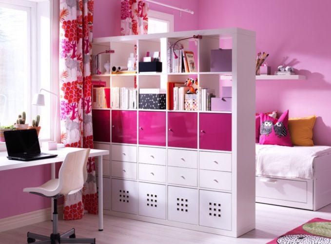 Стеллаж IKEA в комнате девушки