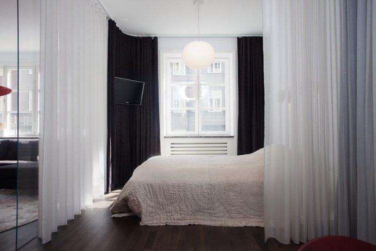 Перегородки из легких штор в спальне