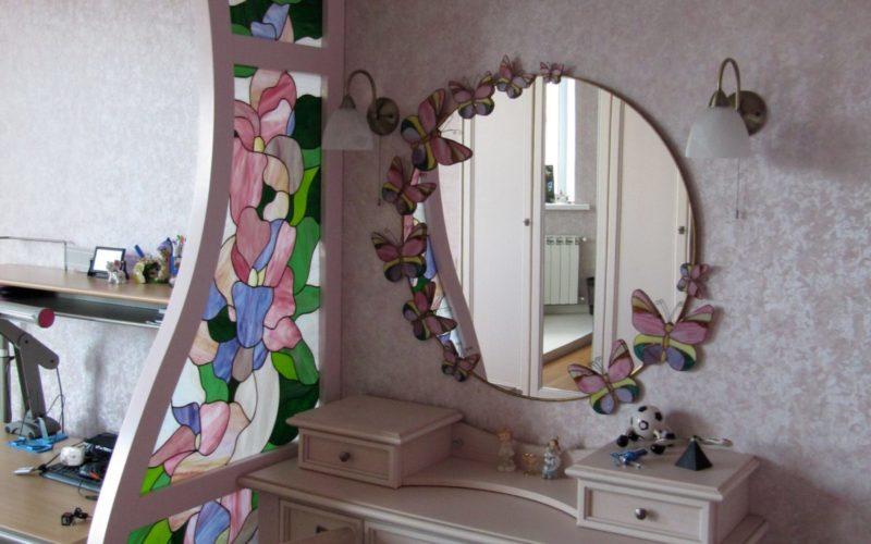 Стеклянная перегородка с витражным рисунком рядом с туалетным столиком
