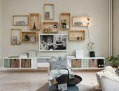Дизайн гостиной с оригинальными деревянными полками